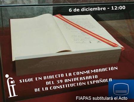 Fotografías de la primera constitución sobre la que he se ha escrito el mensaje: Sigue en directo la conmemoración del 39 aniversario de la Constitución. Aparece el símbolo universal del subtitulado y la frase: FIAPAS subtitulará el acto.