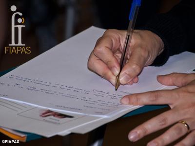 Fotografía en la que se ven las manos de un alumno que está tomando apuntes.