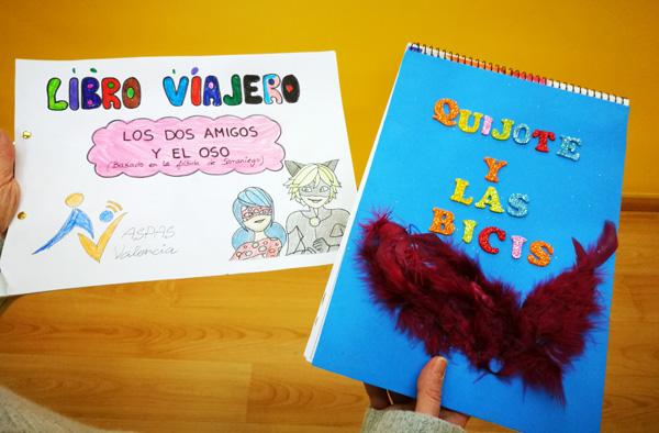 Imagen de las dos portadas de los dos libros viajeros ganadores realizados por niños, niñas y jóvenes con sordera