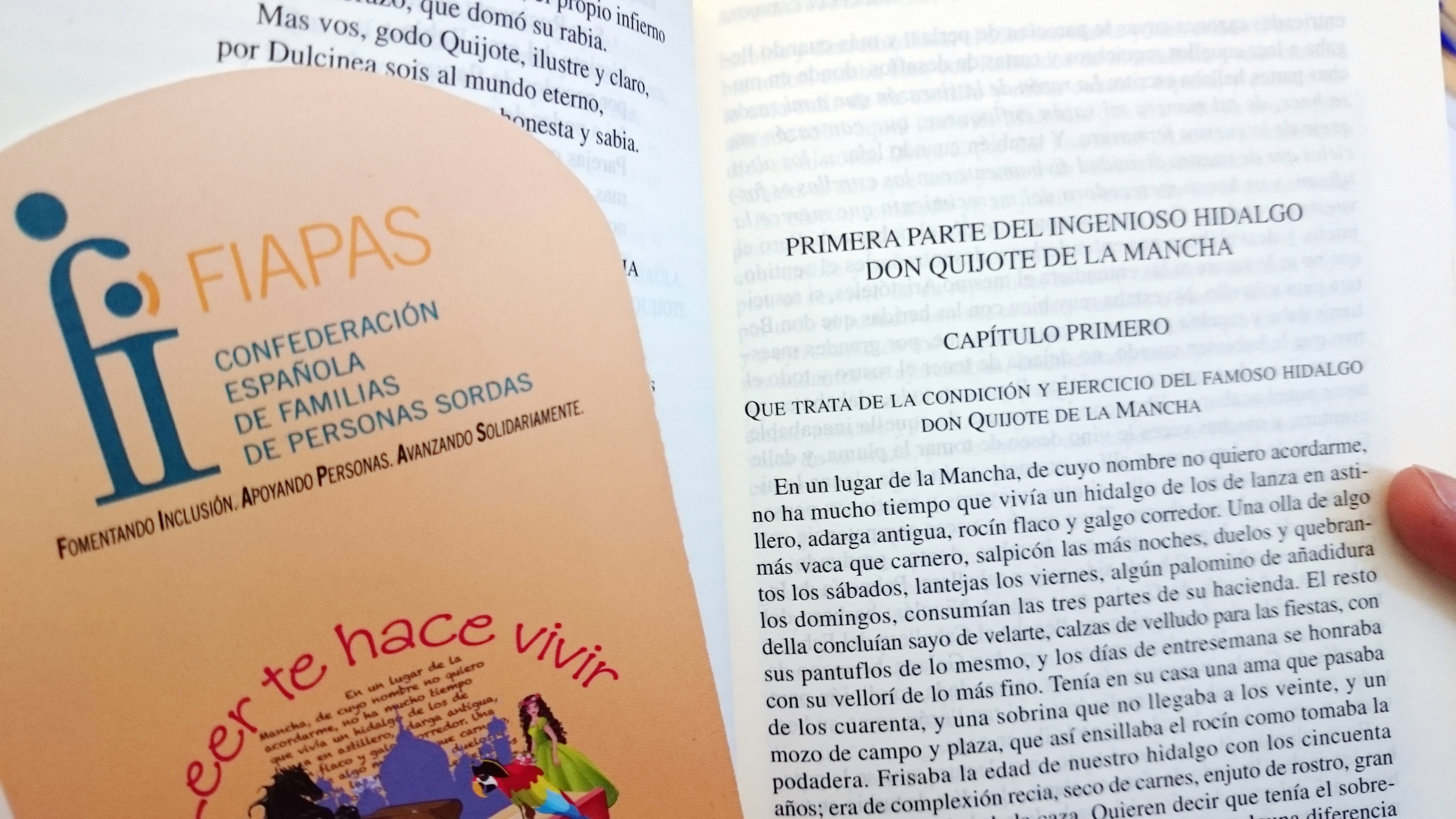 """Imagen del primer capítulo de El Quiijote, señalizado con un marcapaginas que tiene el logotipo del FIAPAS y el mensaje """"Leer te hace vivir"""""""