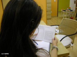 Una joven con un implante coclear lee un libro