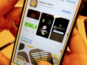 Una persona consulta en su movil apps para implantes cocleares