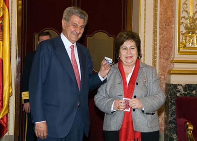 La defensora del pueblo entrega su Informe 2011 al presidente del Congreso.