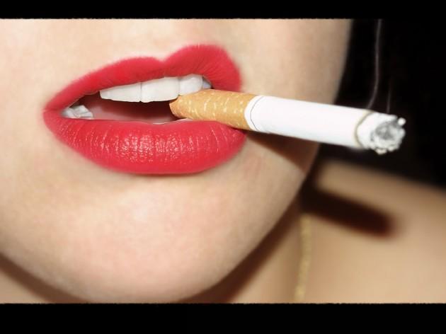 Mujer con un cigarrillo en los labios