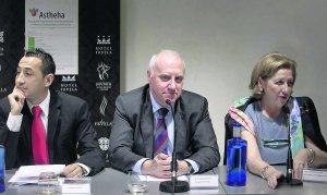 Pablo Nanclares, presidente de ASTHEHA; Faustino Blanco, consejero asturiano de Sanidad, y Consuelo Rayón, jefa de Servicio de Hematología del Hospital Universitario Central de Asturias, durante la presentación de la nueva Asociación.