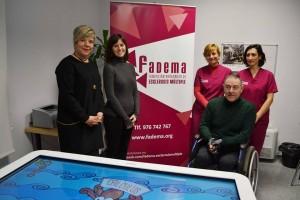 Donación a Fadema de una mesa multitáctil para pacientes con EM