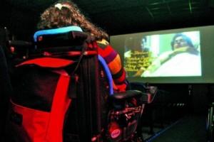 silla de ruedas en sala de cine