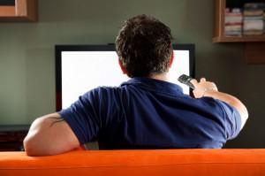joven viendo la TV