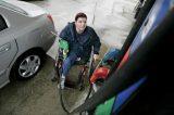 El CERMI solicita a la UE una ley para acabar con las gasolineras desatendidas