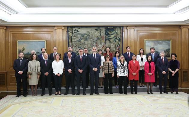 Fotografía de grupo de Su Majestad el Rey con los nuevos miembros del Gobierno © Casa de S.M. el Rey.