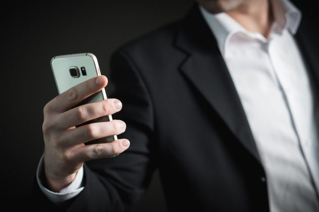 smartphone-hand-man-suit-technology-male-1187266-pxhere.com