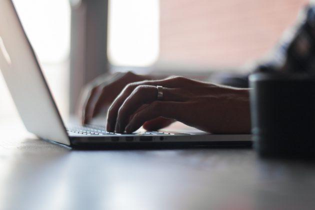 laptop-computer-mac-writing-work-hand-1844-pxhere.com